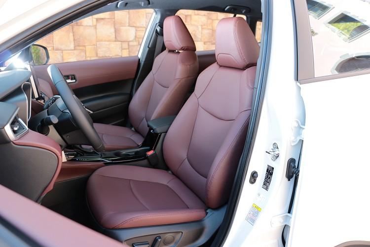 前座座椅造型很運動,但只有駕駛座為電動調整,副駕駛則是手動控制。