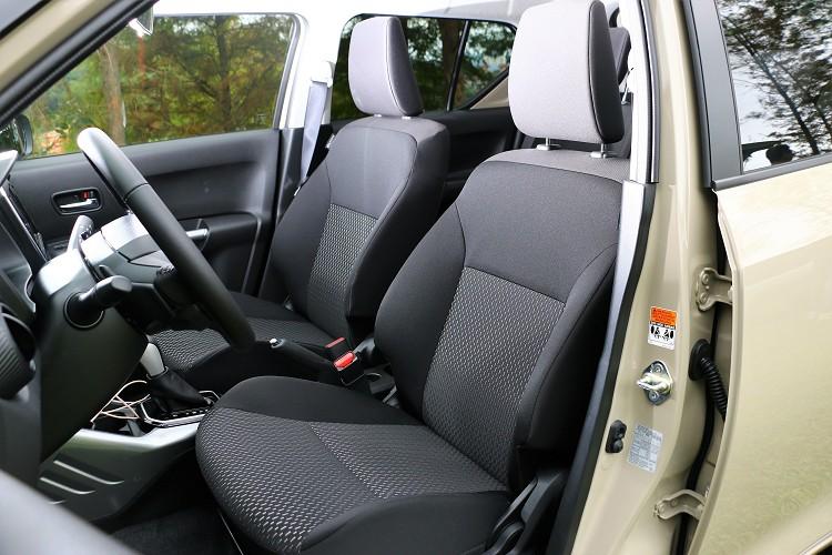 雙前座椅採高級織布附藍色或者銀色縫線,這與中控台的顏色會互相搭配。