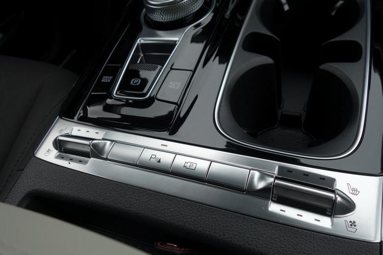 前排標配加熱、通風座椅配備,金屬質感的控制鍵造型簡潔而美觀。