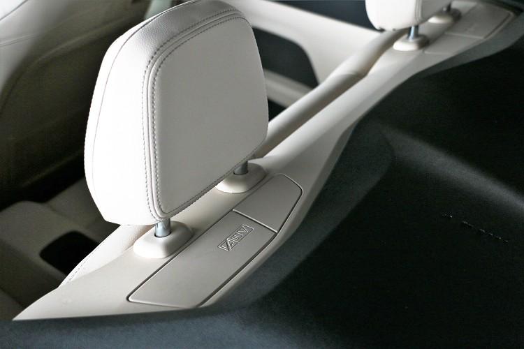 後座頭枕後方有防翻覆的保護機制,當車輛翻覆時才會瞬間彈出。