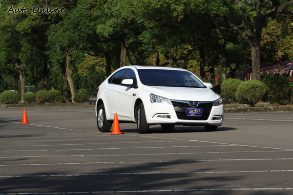 5 Sedan的底盤懸吊配置讓人驚豔,流露出歐系車的味道,整體來說Q度十足。
