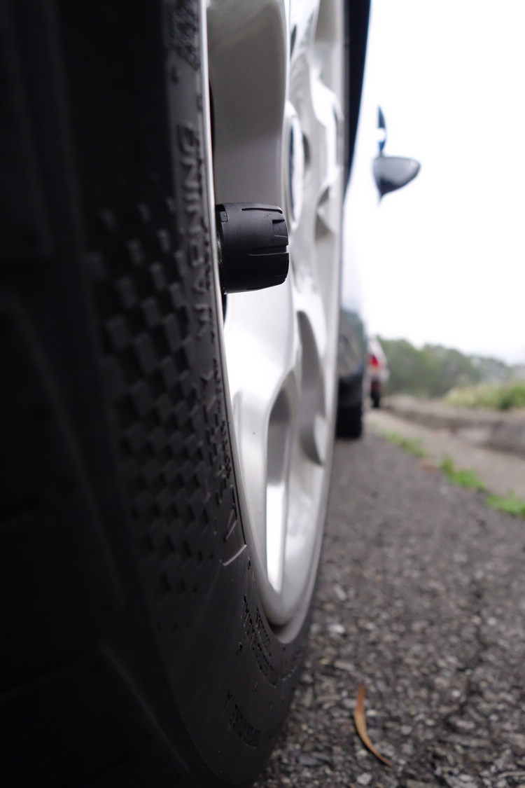 安裝後由於凸出鋁圈約10mm,路邊停車假如太靠近人行道,在刮傷鋁圈前,傳感器可能會先受損。