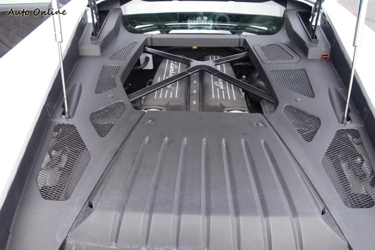 2.33kg/hp的馬力重量比創造出0-100kph=3.2秒、0-200kph=9.9秒的驚人性能。