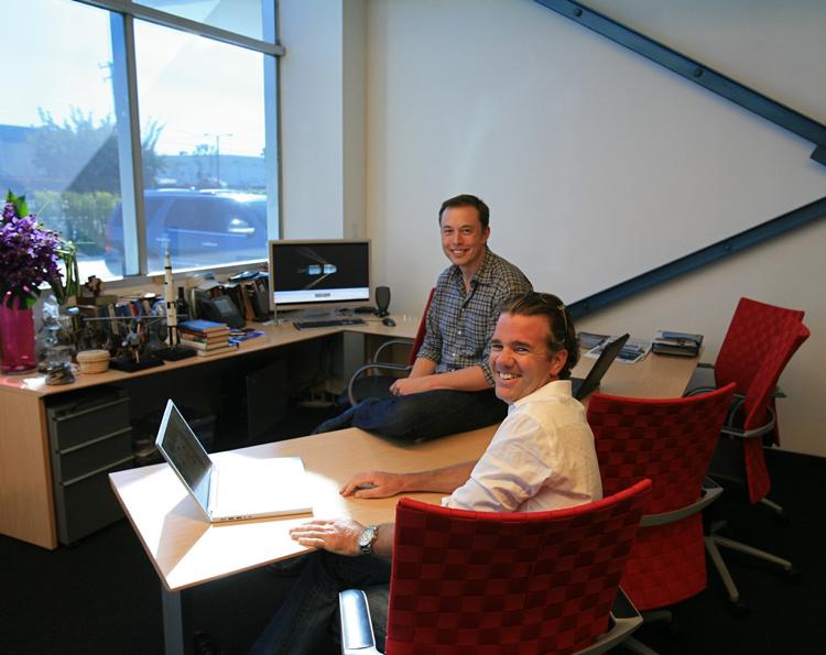 TESLA首席設計師- 弗朗茨·馮·霍茲豪森(Franz von Holzhausen)和伊隆・馬斯克合照。