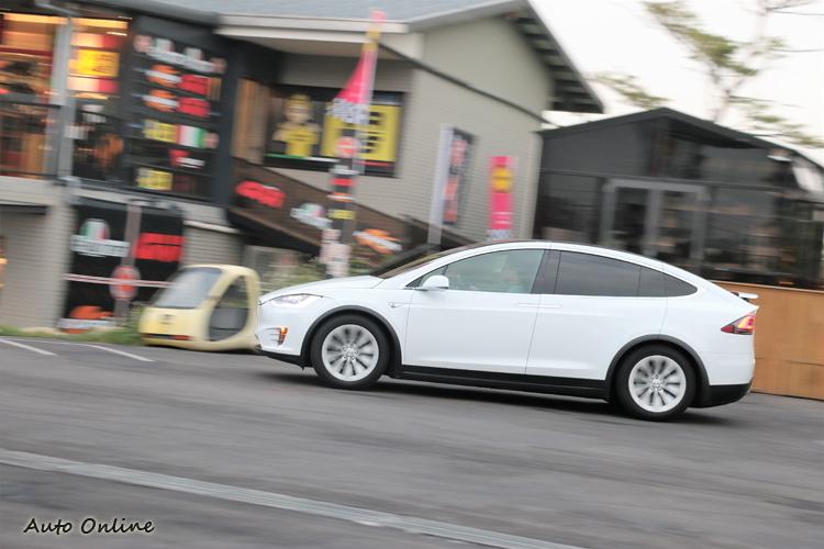 Model X避震器與路面回饋整體表現偏硬,細膩度有待加強。