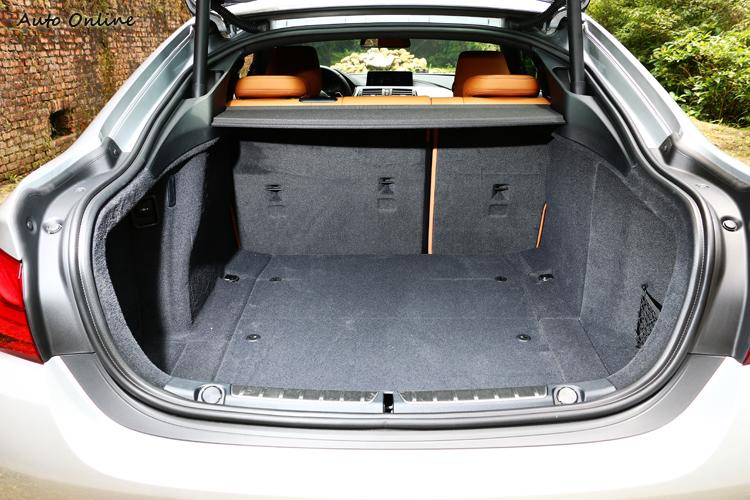 掀背車設計的後行李廂空間方正,擺放多組高爾夫球具不成問題。