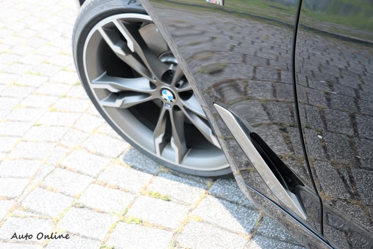 車側導流氣孔(Air Breathers)採霧銀處理,與車身四周板件有相同調性。