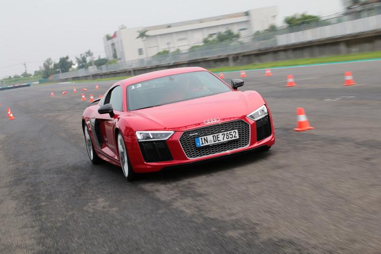 高速下快速轉動方向盤,車輛依然能夠順利完成閃避,不只加速猛,所需煞停距離也極短,這可不是正常的車能夠辦得到!