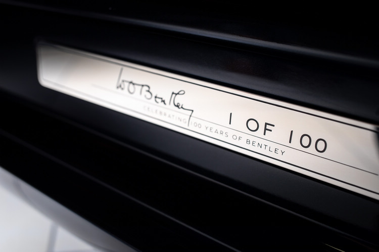 """除車身下部帶有""""W.O. Bentley""""字樣的簽名徽章,輪圈中心及迎賓踏板上同樣裝飾有BENTLEY品牌100百周年紀念徽章。"""