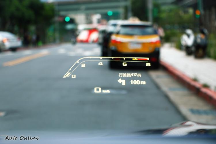 抬頭顯示器會跟隨著模式不同做顯示的改變。