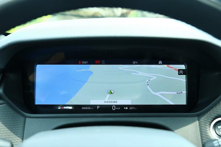 儀表板螢幕可切換成衛星導航功能。