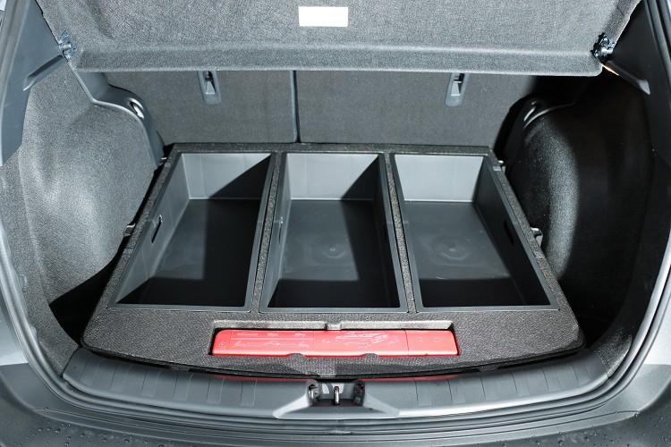 置物盒佔據了部分置物空間讓後行李廂達到平整,如果想要更大的容積可以移除。