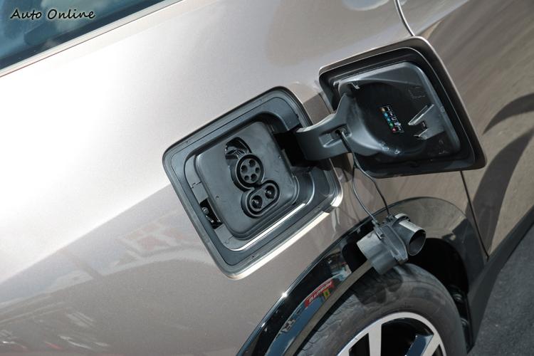 充電插頭有兩種規格,上方為一般規格,下方則是直流電快充插頭。
