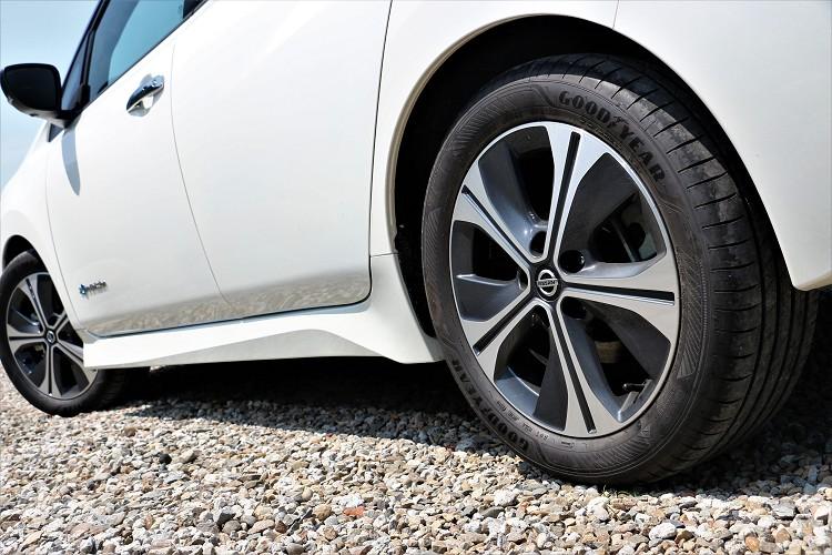 輪胎選擇在電動車尺寸內算大,搭配固特異電動車專用輪胎降低阻力增加行駛里程。