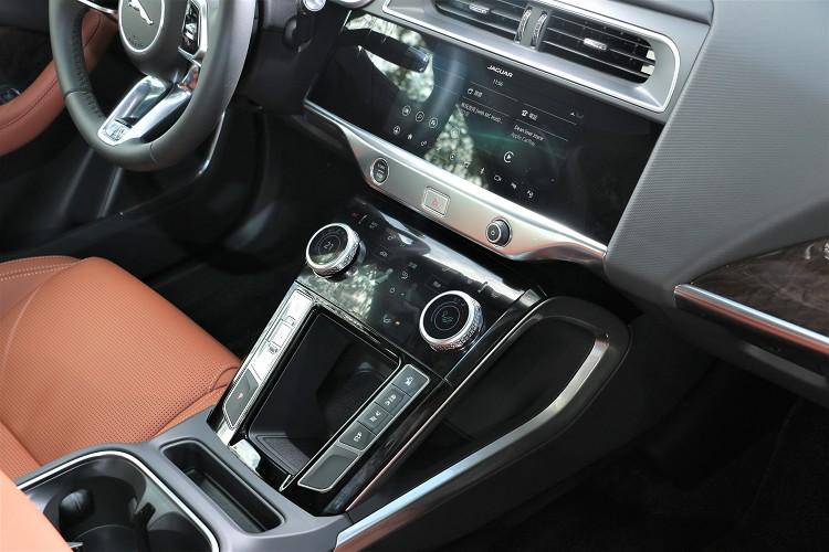 上方10吋螢幕與下方5吋螢幕,組合成Touch Pro Duo智慧多媒體雙觸控中控台顯示幕。