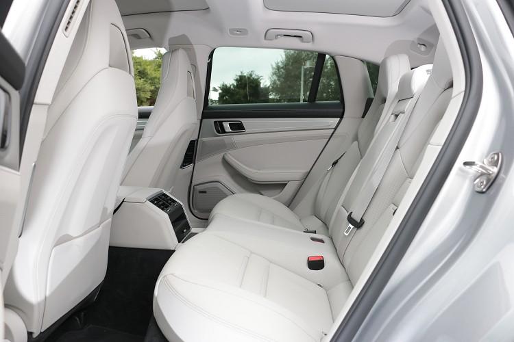 中間位置則受到車身結構影像,地板隆起的幅度較大,想要坐在這個位置必須要有心理準備。