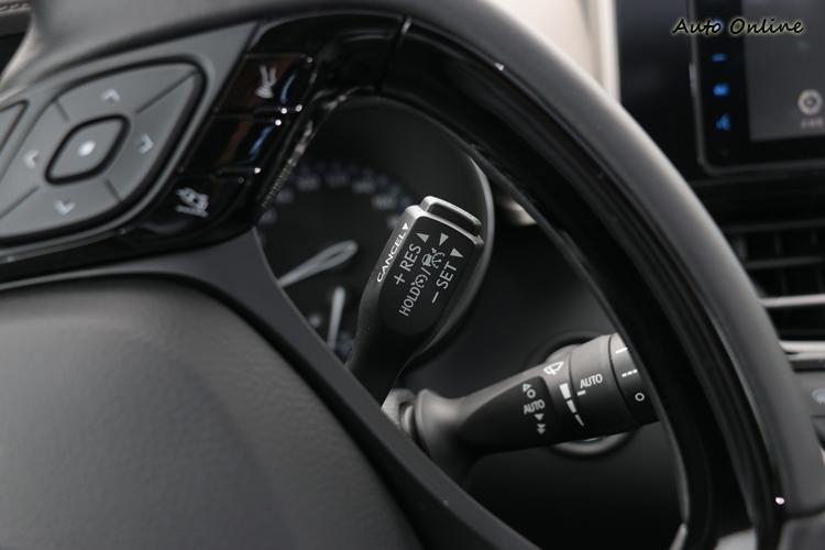 啟動定速的撥桿位於方向盤後方,這點與大多數車在方向盤上有些差異。