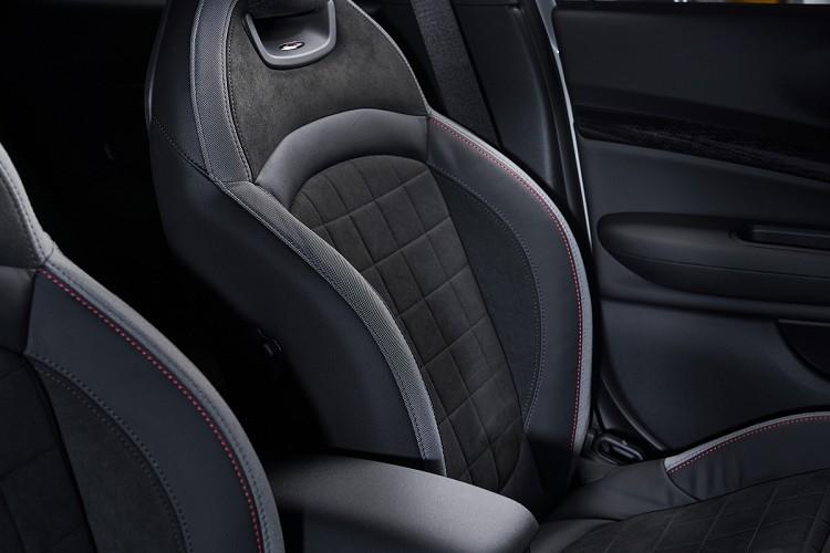 MINI John Cooper Works Clubman&Countryman ALL4配備JCW跑車型座椅,筒型賽車座椅結合Dinamica材質面料,提供完美包覆性與支撐性