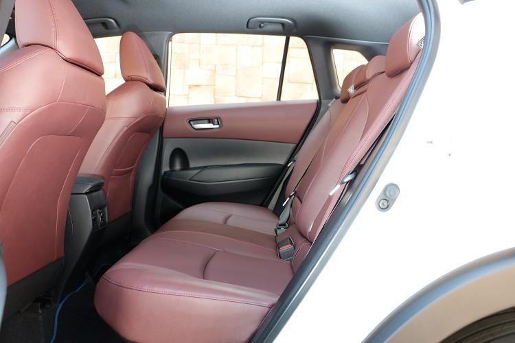 後座空間表現是同級車中最寬敞,椅背有25度與31度兩種調整角度,車門開口高度達到787mm。