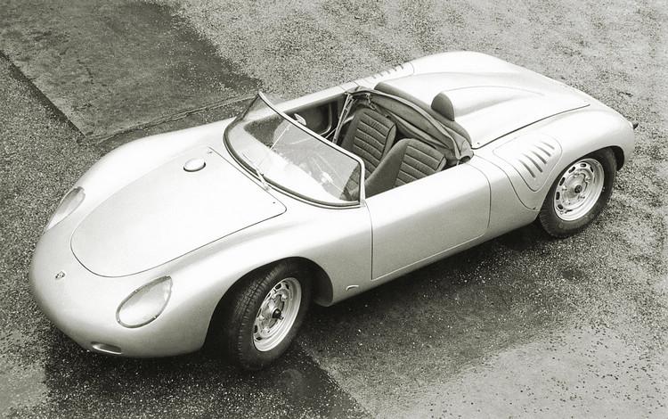 Boxster的構型及概念參考了1960年的718 RS 60 Spyder賽車,這款賽車以1.6L水平對臥引擎的160hp馬力搭配550kg的車重,在當時歐美各大登山賽無往不利。