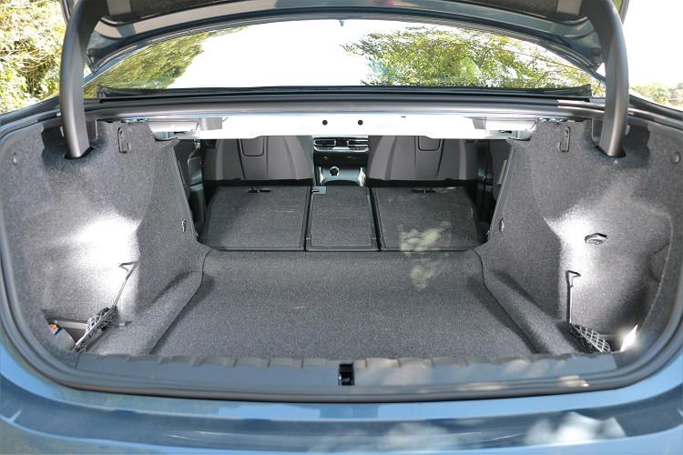 標準模式下有440公升容積,當後座座椅40/20/40分離傾倒之後,能換得更大空間。
