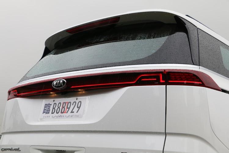 車尾連貫整個橫面的尾燈設計同樣打造出不同以往的前衛與簡潔風格。