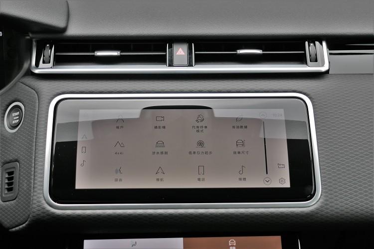 中控台上增加10吋雙螢幕搭載最新世代Pivi Pro智慧科技介面,完美整合導航、電話、多媒體以及車輛各項控制功能。