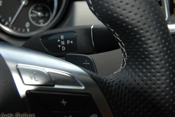 搭載7G-TRONIC PLUS七速手自排附有方向盤換檔撥片。