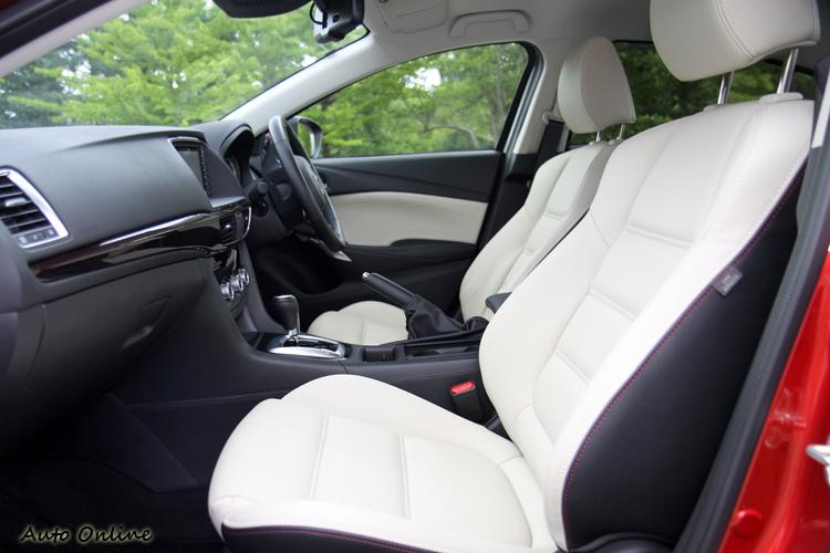 車裝的搭配顏色有兩款可選,除了全黑之外,還有椅面白色、椅背黑色特殊顏色。