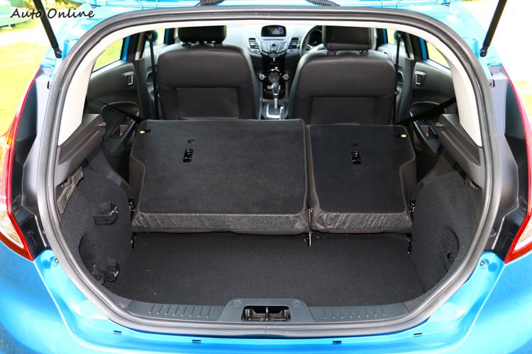 後座椅背有6/4分離,對於小車來說非常重要。
