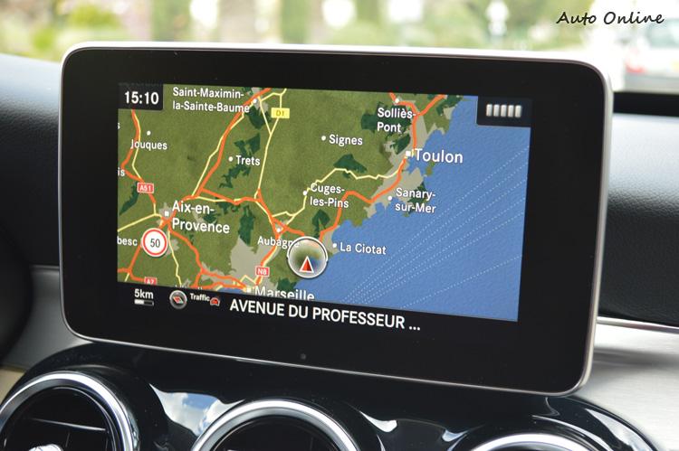 這個7吋顯示幕很符合e世代的需求,但我認為位置應該再往前一點,看導航時比較不用轉頭。