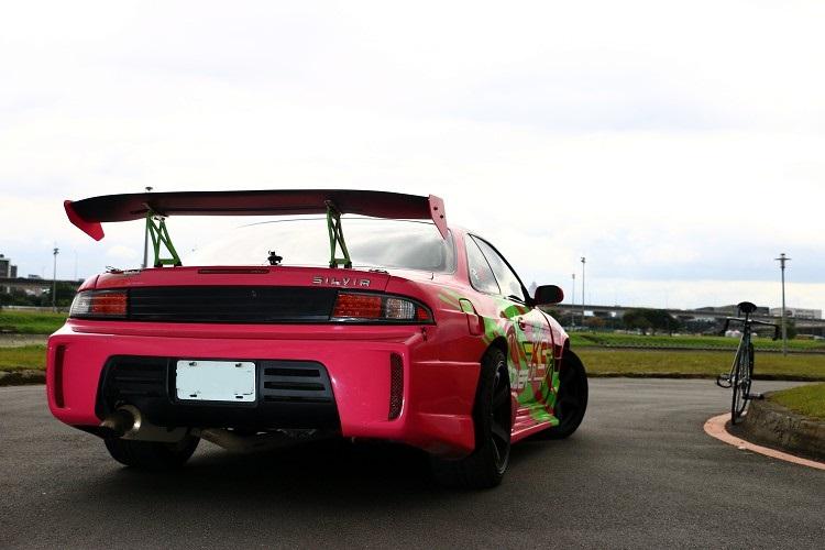 後保桿特殊的寬體造型加上GT尾翼,視覺有很突出美感。
