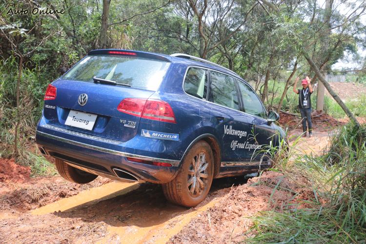 在叢林坑道中,跨越角大小以及輪軸落差決定了能否脫困。