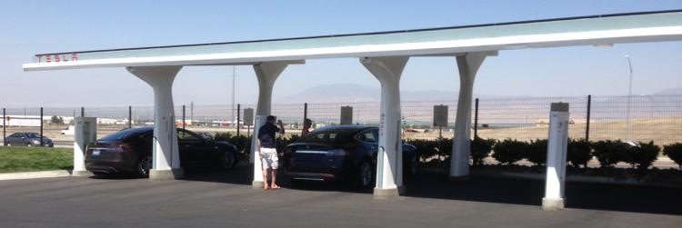 TESLA積極建構的超級充電站。