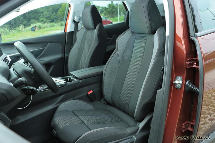 座椅採用布質布面料,炎炎夏日不會有火燒屁股的窘境。