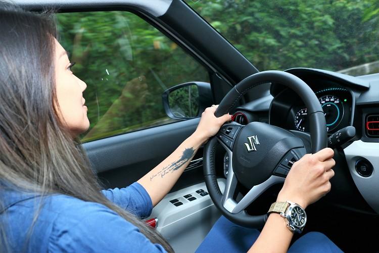 車重只有865kg,結合更小、更輕的引擎組件設計,不管是低速時的加速性能,亦或高速行駛時的油耗表現都能完美達成。