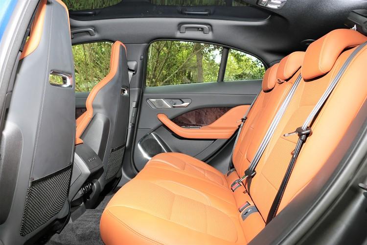 提供前後座椅之間更大的距離,讓後座乘客程享受更寬廣的腿部空間與更佳的舒適度。