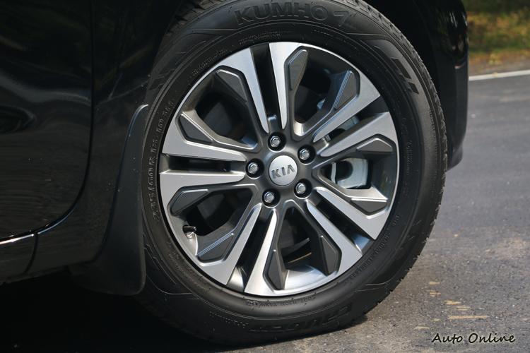 18吋鋁圈採雙色化設計,為龐大的車側帶來動感與輕盈觀感。