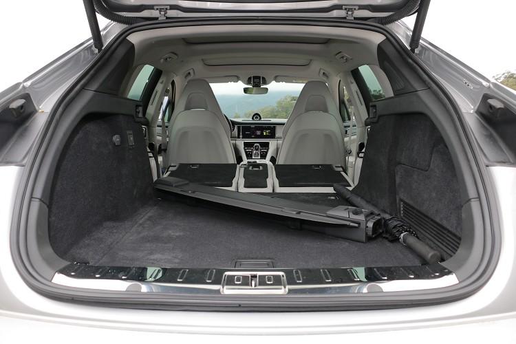 Sport Turismo 4 E-Hybrid車型則縮減到445公升,當然後座椅背是可以傾倒換取置物容積,不過就會縮減到車室人員乘載空間。