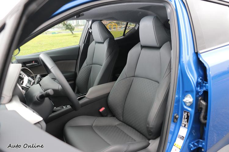 全新的座椅菱格紋造型設計,搭配駕駛座十向電動調整座椅,更展現車室內精緻細節。