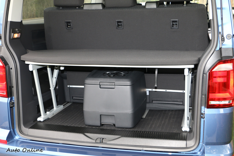 車尾除了提供一組活動折疊板,還有很實用的冷暖保溫箱。