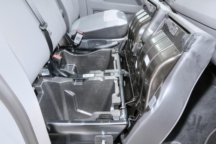 副駕座椅下方新設隱藏式置物空間,可用於收藏個人私密物品。