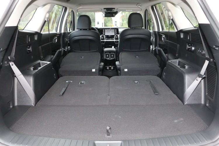 Sorento充分利用長軸距的優勢,六座車型的載物空間最大可擴增到2056L。
