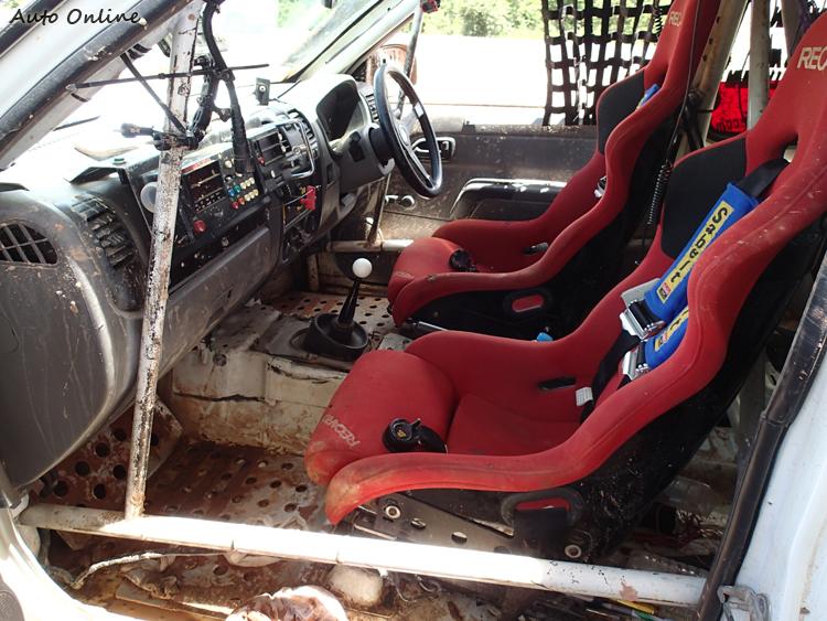 桶型賽車椅、六點式安全帶、防滾架是車內必備安全部品。