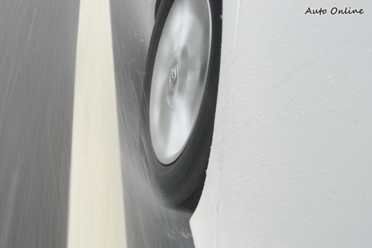 雨中發生水漂現象是車輛雨中最容易發生的事故原因,必要時就得更換新胎才行。