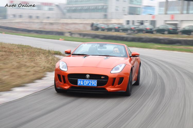3.0 SC配有機械式LSD限滑差速器,彎中加速爽快,車尾也能更活潑。