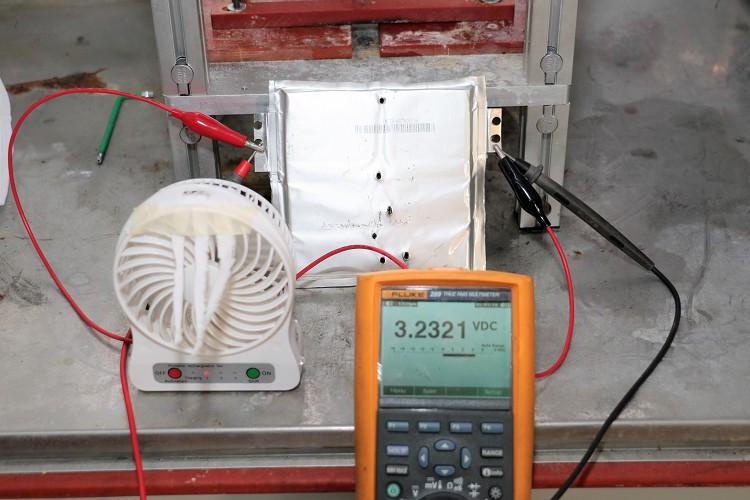 測試過程中發動的電芯受到外力穿刺或者浸泡水中,電力依舊不減並持續運作。