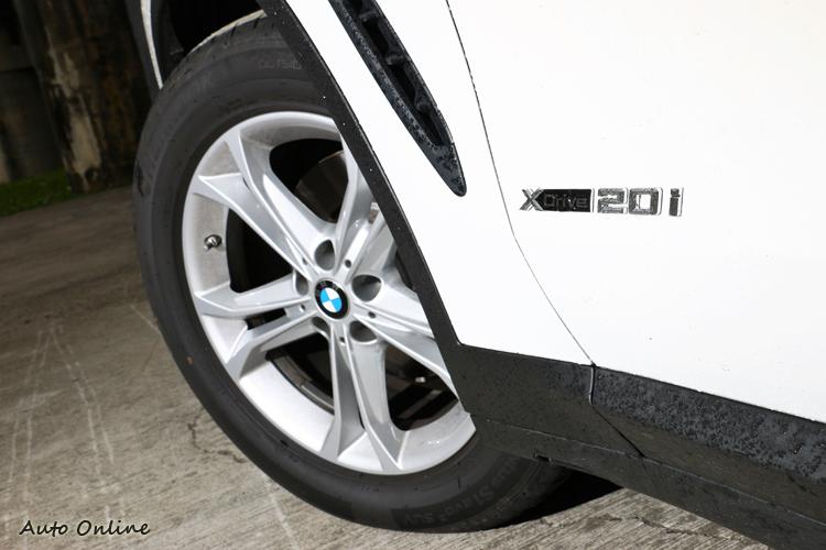 車側有xDrive20i標誌,鋁圈尺寸為18吋規格。