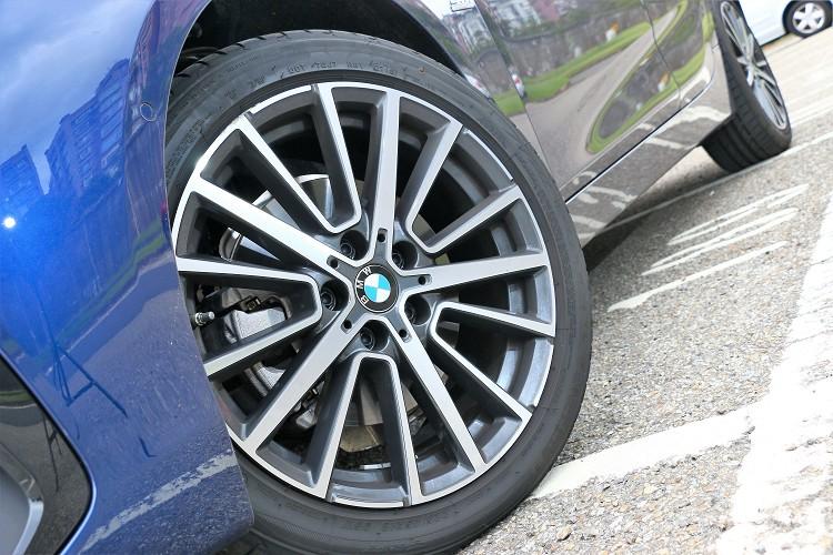 鋁圈規格因選配Sport Line套件升級為18吋224/45R18輪胎規格。