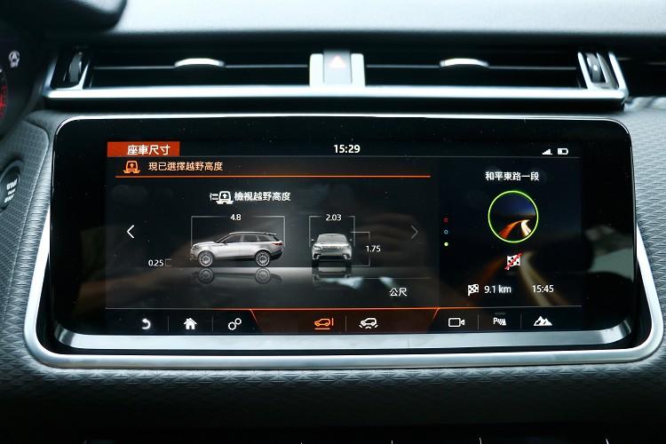 上方螢幕主要是影音系統、導航、車輛設定等功能。